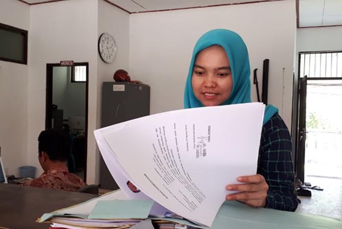 SIAP MELAYANI: Staf KPU Sumenep membereskan berkas-berkas di meja resepsionis kemarin.
