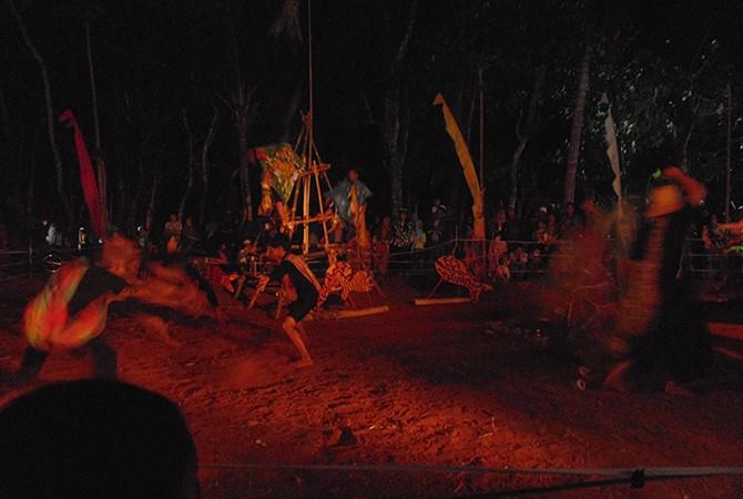 MENGHIBUR: Pertunjukan Teater Rit(us) Laut karya Nunung Deni Puspitasar