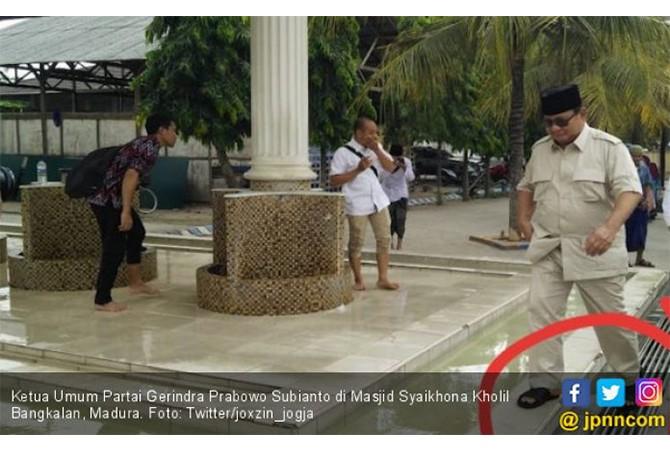 Duh, pak prabowo injak batas suci masjid pakai sandal?