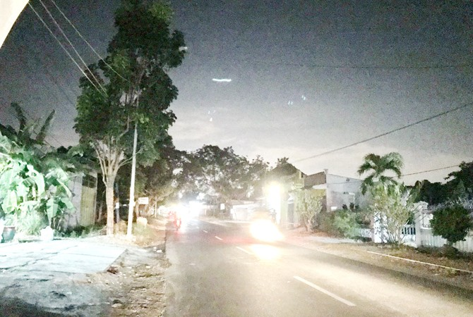 TAK MENYALA: Pengendara melintas di sekitar PJU padam di jalan raya Desa Gili Timur, Kecamatan Kamal, Sabtu malam (8/9).