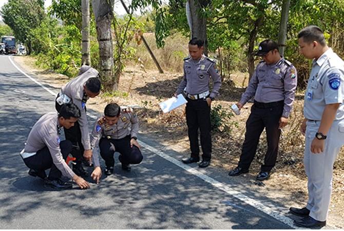 MUSIBAH MAUT: Polisi melakukan olah TKP kecelakaan yang terjadi di jalan raya Desa Lombang Dajah, Kecamatan Blega, Bangkalan.