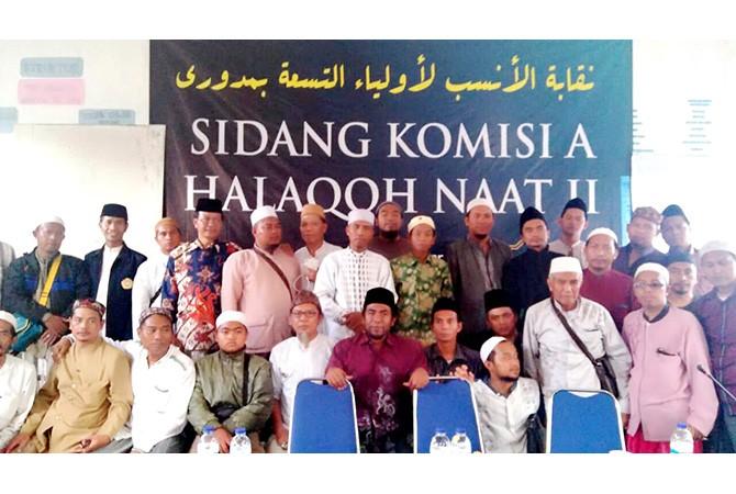GUYUB: Pengasuh Ponpes Al Ihsani, KH. R. Abdul Hannan Ihsan (tengah, batik coklat) bersama para Munsib dari berbagai penjuru Indonesia foto bersama.