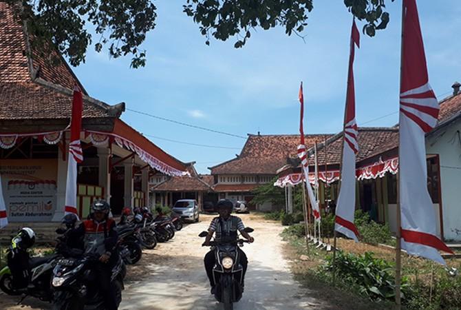 SANTAI: Warga keluar dari halaman kantor KPU Sumenep.