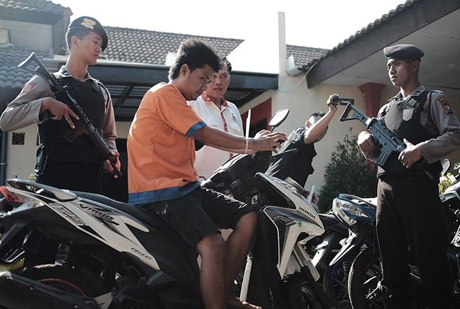 MERILIK: Dedy (baju tahanan) dijaga ketat polisi di Mapolres Bangkalan.