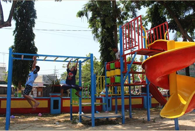 DUNIA BERMAIN: Dua bocah memanfaatkan fasilitas Taman Kota di Jalan Jamaluddin, Kota Sampang.