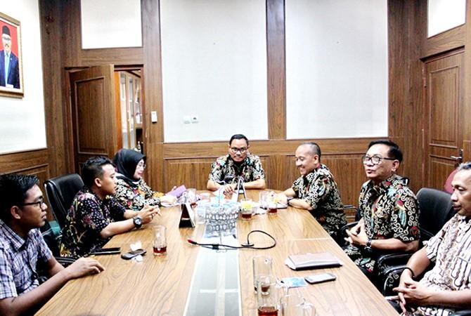 SATU MEJA: Kepala JPRM Biro Sampang Hendriyanto (kiri), Kepala Event JPRM Moh. Sugiyanto (dua dari kiri) bersama Kepala Disdik Sampang H.M. Jupri Riyadi didampingi para Kabid membahas persiapan pelaksanaan kegiatan Guru Menulis di aula mini disdik, Jum'at
