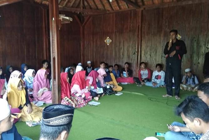 PENGABDIAN: Ketua MEC Abu Rizal mengajarkan bahasa Inggris kepada puluhan anak didiknya.