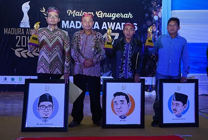 TERPOPULER: Selain trofi, peraih penghargaan tokoh pemuda Madura Awards 2017 juga mendapat karikatur keren.