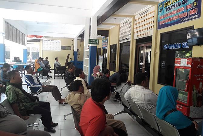ANTRE: Sejumlah warga mengantre di ruang tunggu pelayanan SIM Satlantas Polres Sumenep, Senin (15/10).