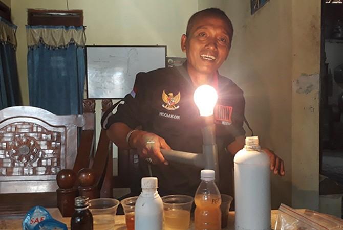 UJI COBA: Nidomuddin mengecek kandungan nutrisi pupuk cair yang dijual di pasaran dibandingkan dengan pupuk cair buatannya Rabu (17/10).