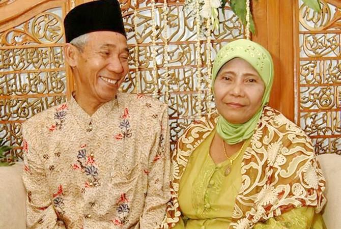 PENGUSAHA SUKSES : Zahtoh Jumaati foto bersama suaminya (almarhum) yang sukses menyekolahkan anaknya hingga jadi pejabat.