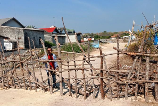TAK BERKUTIK: Sutan Takdir Ali Sahbana berada di akses jalan yang ditutup oleh Lapas Kelas II-A Pamekasan di Desa Branta Pesisir, Kecamatan Tlanakan,