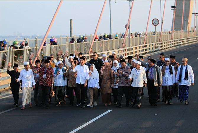 KOMPAK: Presiden Joko Widodo bersama rombongan berjalan di atas Jembatan Suramadu.