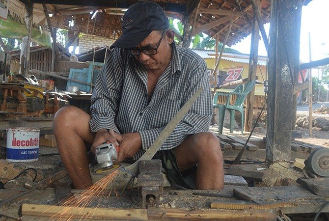 JPRM  TELATEN: Suliyanto membentuk ukiran keris kemarin. Dia merupakan salah seorang empu keris di Dusun Duko, Desa Aeng Tongtong, Kecamatan Saronggi, Sumenep.