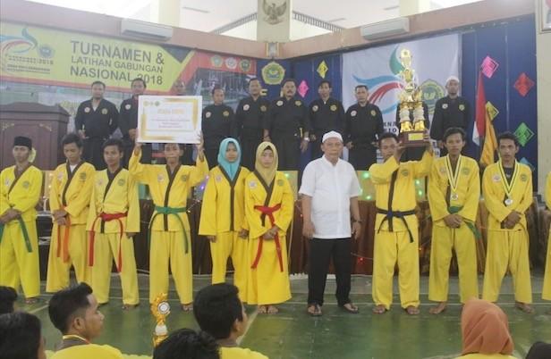 GUYUB: Pembina dan pesilat Tiga Serangkai foto bareng usai pelaksanaan turnamen di Gedung Cakra UTM.