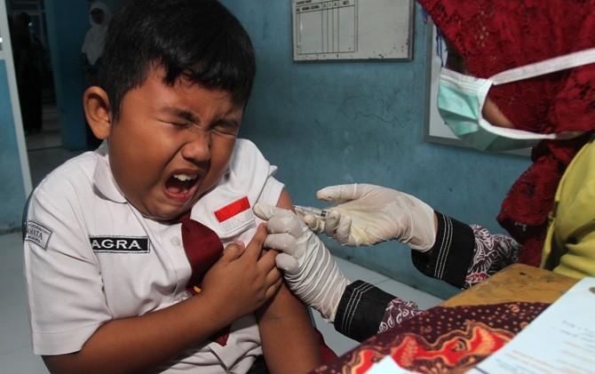 Salah satu siswa SDIT Permata Kota Mojokerto saat disuntik imunisasi MR, Selasa (1/8).