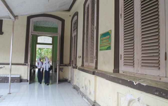 SMPN 2 Kota Mojokerto. Di tempat ini, Presiden RI pertama, Soekarno, pernah mengenyam pendidikan dasar saat masih menjadi ELS.