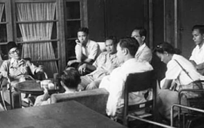 Soekandar (kiri berkopiah) saat dipanggil menghadap Presiden di Istana Negara, di Jogjakarta.