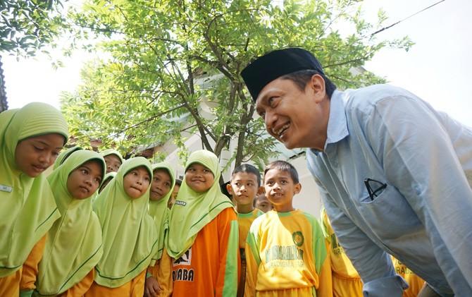 Andy Soebjakto bersama siswa-siswi MIPABA Kota Mojokerto.