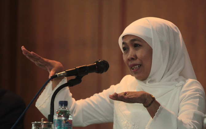 Khofifah Indar Parawansa memberi sambutan di acara rapat koordinasi bantuan pangan nontunai di Hotel PCP Trawas, Mojokerto.