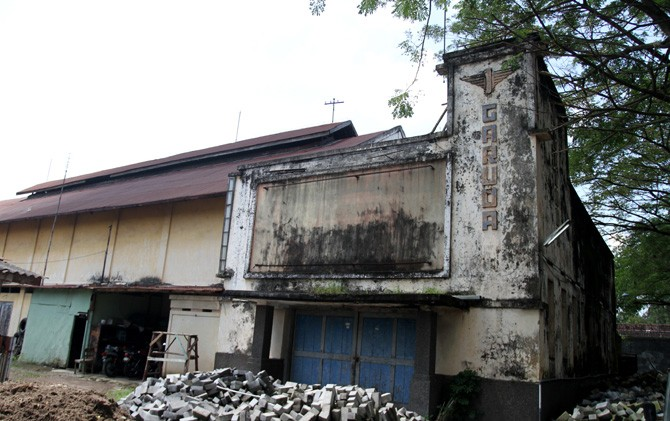 Bekas gedung bioskop Garuda yang masih berdiri di utara Alun-Alun Kota Mojokerto. Berdampingan dengan kantor Kodim 0815/Mojokerto.