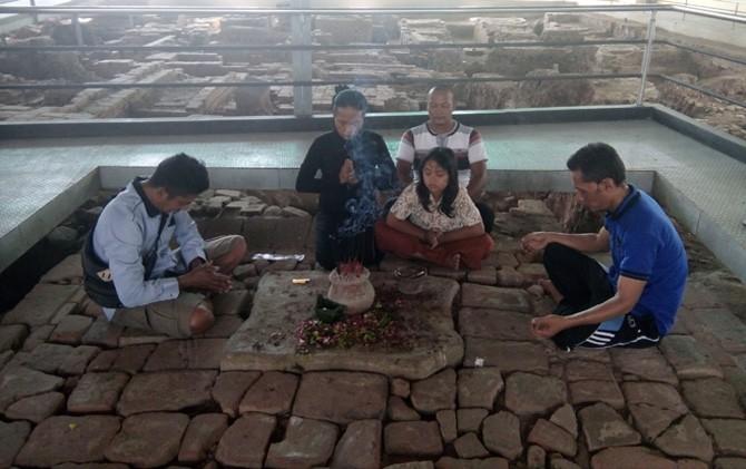 Lima pengunjung melakukan prosesi ritual dan meditasi di depan Situs Sumur Upas Trowulan, Kab. Mojokerto.