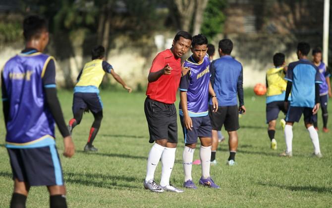 Pelatih Persem, Hartono, saat memberikan instruksi kepada pemainnya dalam latihan persiapan menghadapi laga lanjutan babak penyisihan grup F, Rabu (11/4).