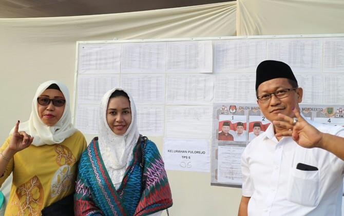 Ning Ita (dua dari kiri) dan Cak Rizal di TPS Kelurahan Pulorejo, Prajurit Kulon, Kota Mojokerto, Rabu (27/6).