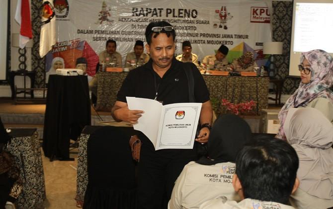Tim sukses paslon AKRAB, Agus Jaya, meninggalkan ruang rapat pleno rekapitulasi perolehan suara pilwali di Hotel Raden Wijaya, Kota Mojokerto.