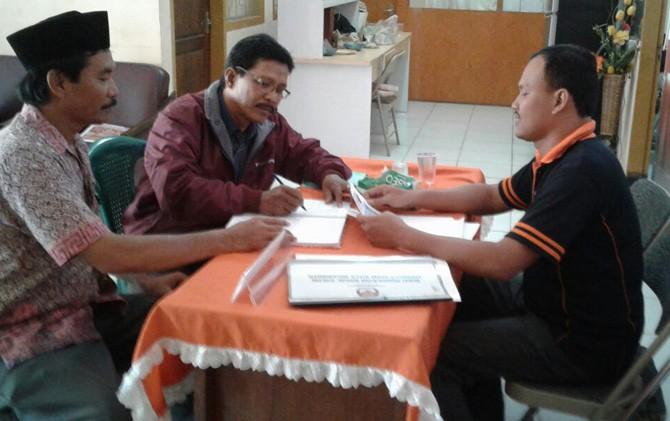 Warga mengurus surat keterangan untuk pencalegan di KPU Kota Mojokerto.