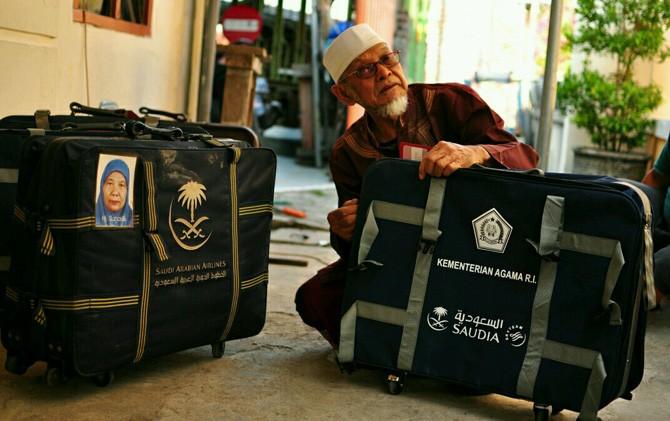 H. Iskak menunjukkan koper haji yang sudah direparasi di rumahnya Kelurahan/Kec. Kranggan, Kota Mojokerto.