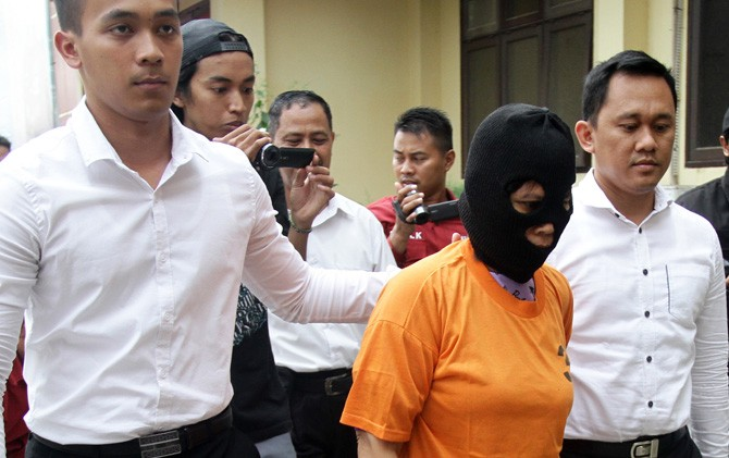 Ida Yuni Roeslina tersangka curanmor saat digelandang petugas di Mapolres Mojokerto.