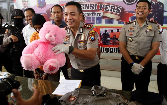 Kapolres Mojokerto AKBP Leonardus Simarmata menunjukkan boneka hasil pembelian tersangka untuk pacarnya.
