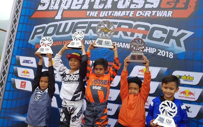 Azzam (kiri) saat berhasil naik podium setelah berhasil meraih juara IV.
