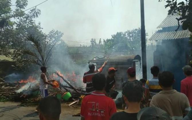 Warga berusaha memadamkan api yang membakar rumah korban di Kel/Kec. Prajurit Kulon, Kota Mojokerto.
