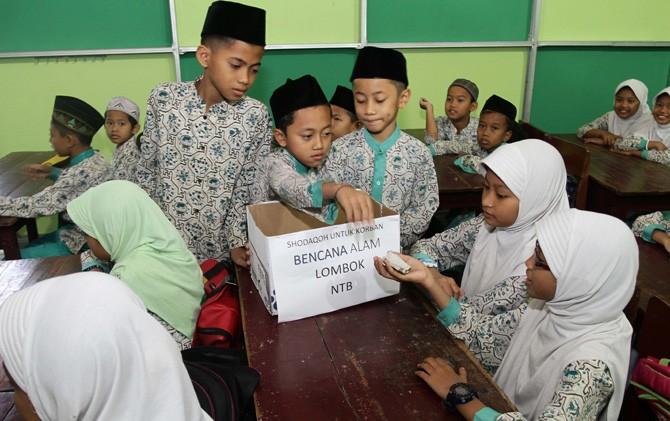 Siswa MI Nurul Huda 2 Kota Mojokerto saat menggalang dana Bencana Alam Lombok NTB.