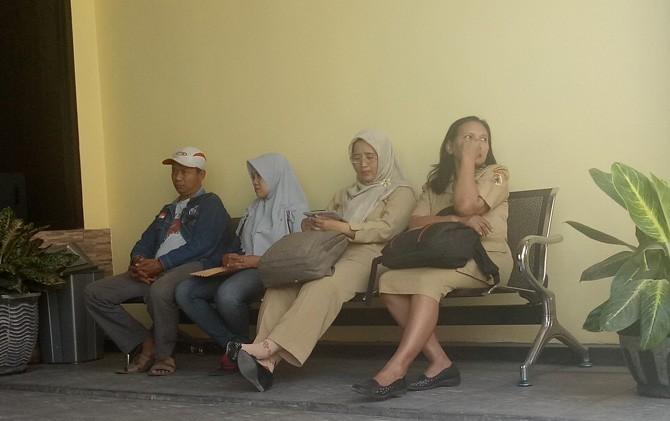 Para guru SLB PGRI Dlanggu saat mendampingi keluarga korban melapor ke Satreskrim Polres Mojokerto.