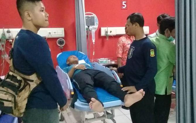 Salah satu anggota paskibraka saat mendapat mendapat perawatan medis di IGD RSUD dr Wahidin Sudiro Husodo Kota Mojokerto.