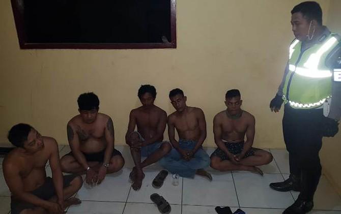 Tiga pelaku pembobolan gudang Bulog Subdivre II Surabaya Selatan saat diamankan di Pos Polisi Jampirogo, Mojokerto.