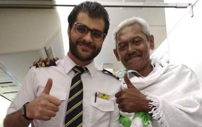 Wawang (kanan) saat berfoto dengan kru pilot pesawat Saudi Airlines.