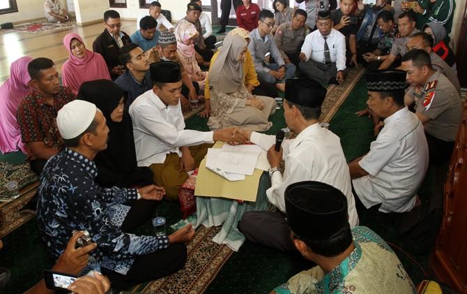 Dhimas saat mengucapkan ijab kabul disaksikaan keluarga dan pihak kepolisian di masjid Polres Mojokerto.