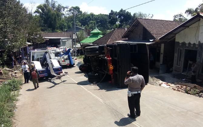 Truk Brimob yang terguling di Jalan Raya Dusun/Desa Nogosari, Kecamatan Pacet, Kabupaten Mojokerto