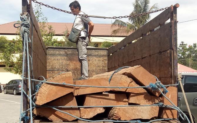 Barang bukti illegal logging beserta truk diamankan di Mapolres Mojokerto.
