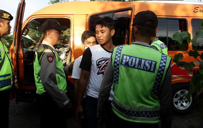 Sejumlah anggota kepolisian memeriksa penumpang mobil angkutan di Jalan Raya Bypass Mertex Mojokerto.