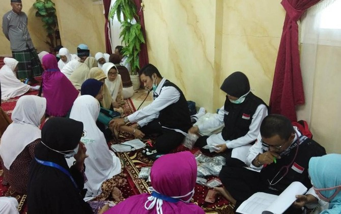 Petugas KKHI kloter 76 SUB melayani pemeriksaan kesehatan jamaah haji di Hotel Murjan Al Noor, Aziziyah, Makkah.