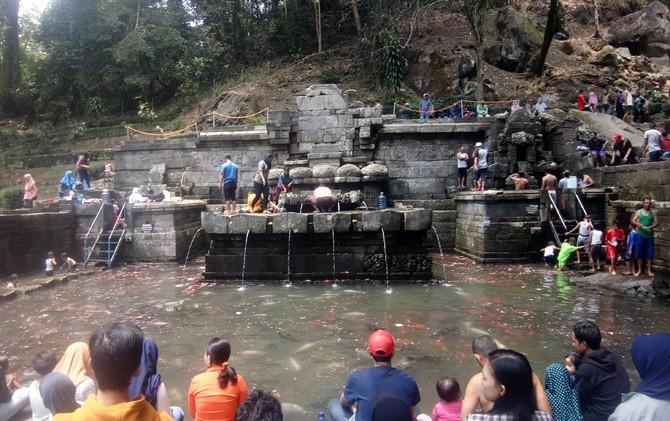Ratusan pengunjung rela mengantre untuk sekedar mandi di kolam Peritirtaan Candi Jolotundo, Trawas, Mojokerto.