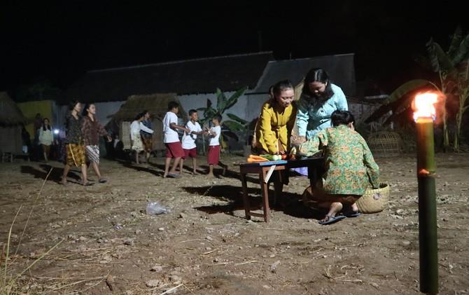 Salah satu adegan dalam teater yang dipentaskan pada malam 1 Sura di Desa Batankrajan, Kec. Gedeg, Mojokerto.