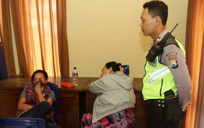 Dua perempuan diduga PSK saat diamankan di Kantor Dinsos Kab. Mojokerto.
