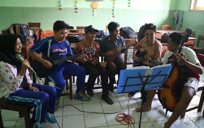 Para siswa SMPN 1 Kota Mojokerto saat menikmati latihan keroncong selepas pulang sekolah.
