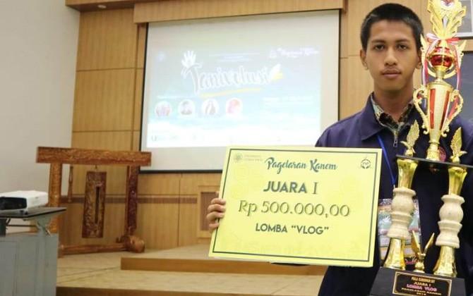 Bima menujukkan trofi dan piagam penghargaan dari ajang kompetisi di tingkat Nasional.